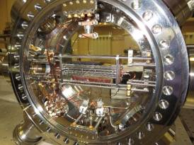 Стандарты частоты на лазерно-охлажденных атомах и ионах